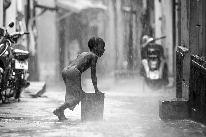 Collecting Water (© Rob O'Neill)