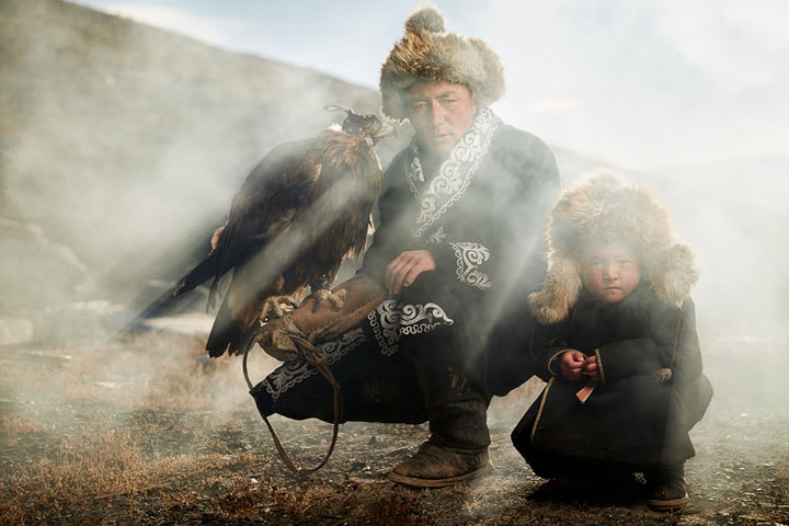 Mongolian Eagle Hunter (© Sasha Leahovcenco)